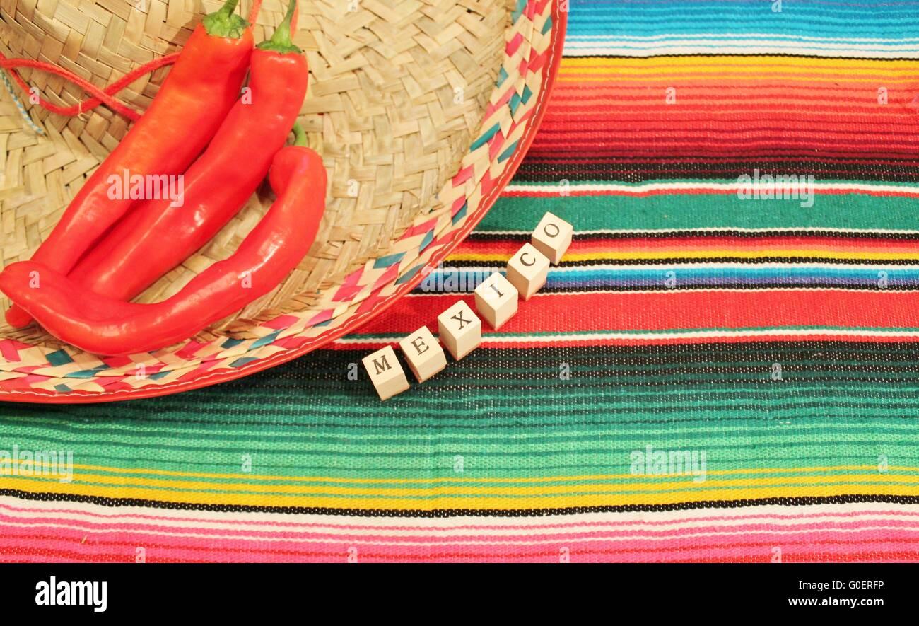 Fiesta Mexicana tradicional poncho alfombra en colores brillantes con  sombrero fondo con espacio de copia Imagen 6fa00592b6b