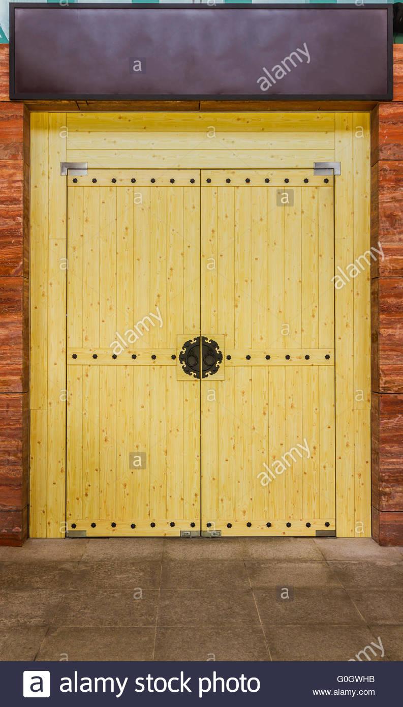 Puerta de madera chinos en segundo plano. Imagen De Stock