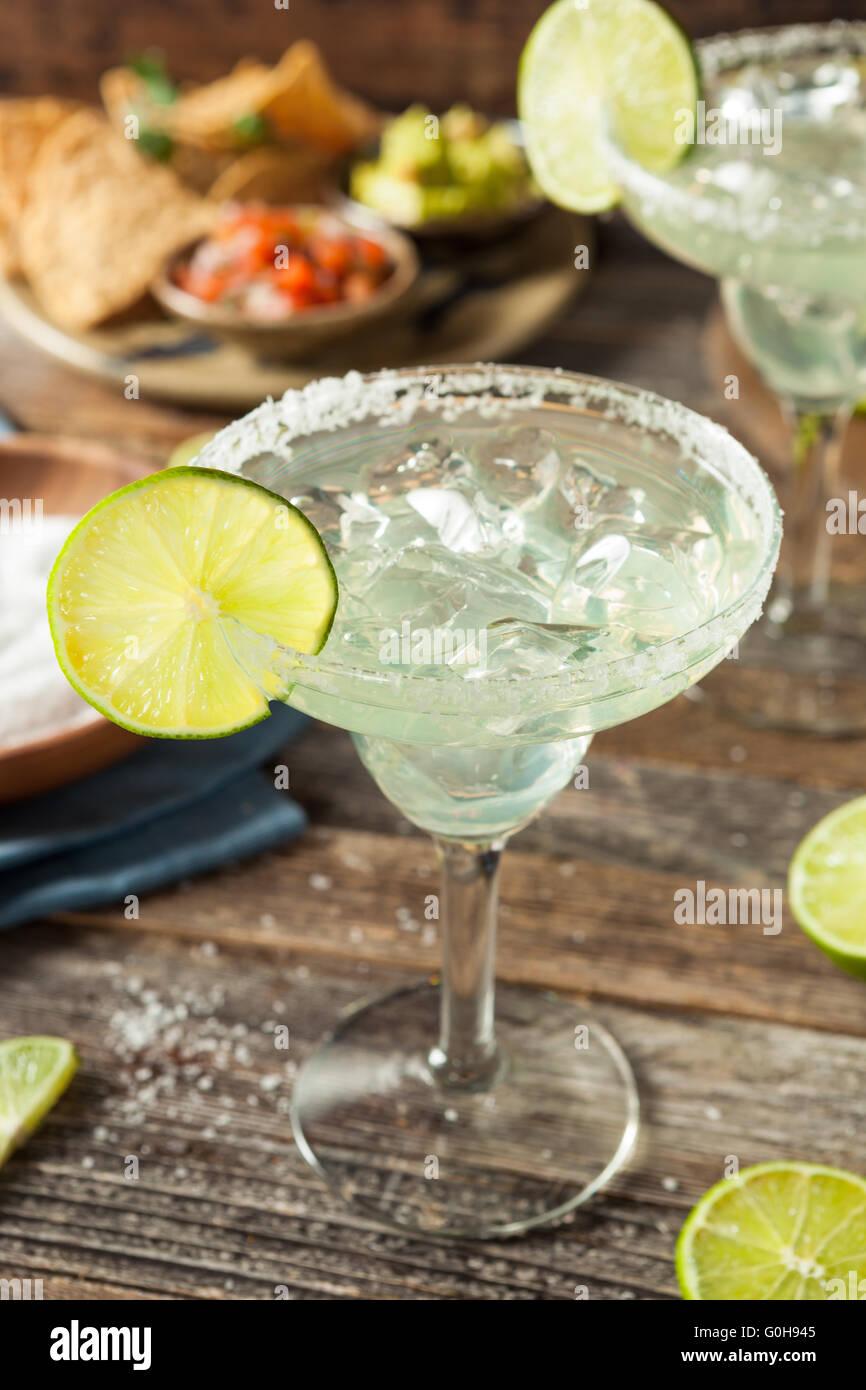 Margarita clásica casera refrescante con limón y sal Imagen De Stock
