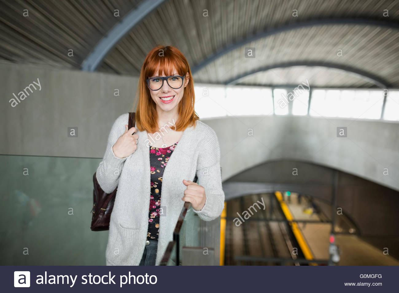 Retrato mujer sonriente en la estación de tren Imagen De Stock