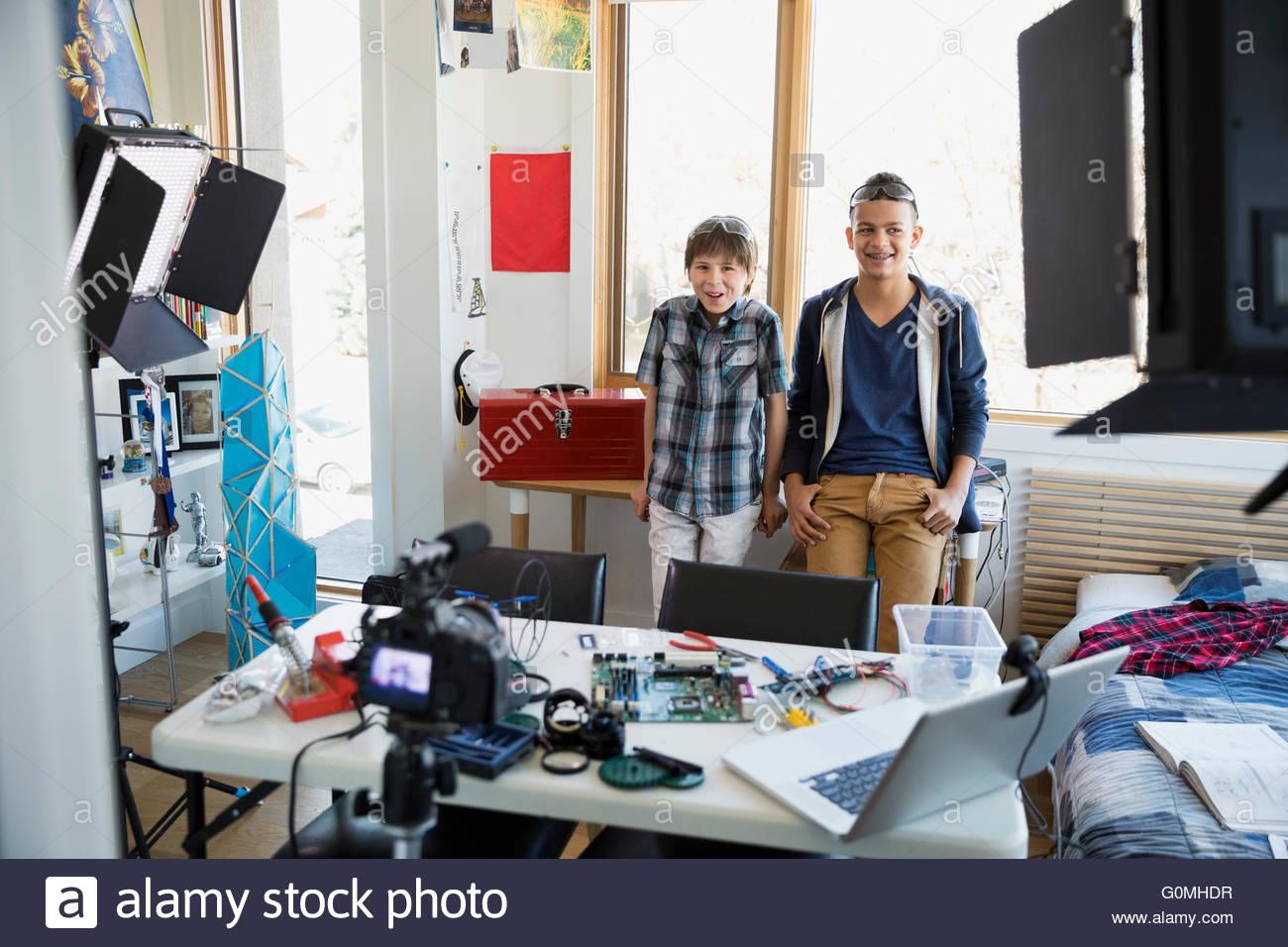 Circuito General : Retrato seguros chicos filmando su placa de circuito general foto