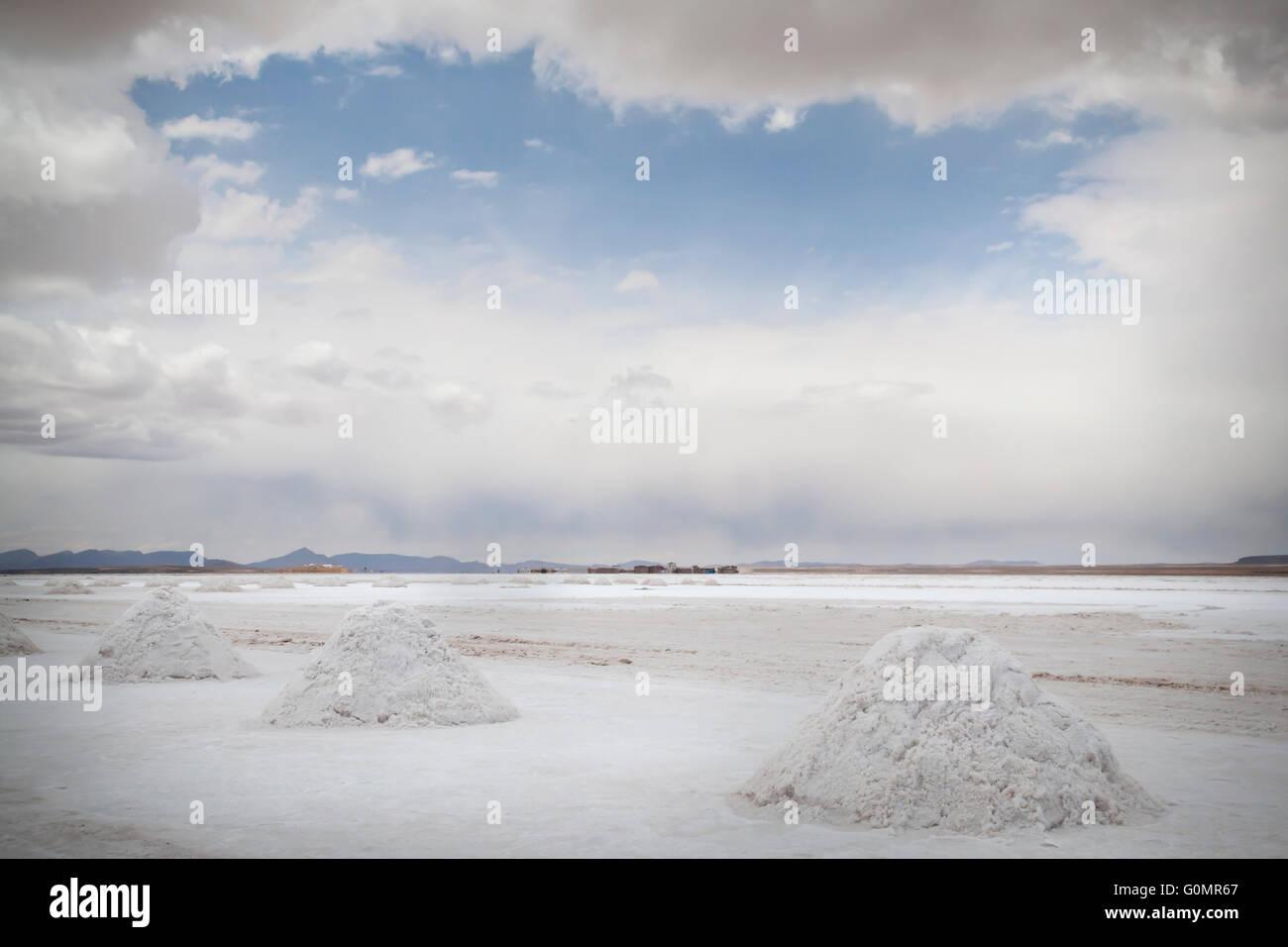 Una ruptura en las nubes se pone azul cielo del boliviano de llanuras de sal en el Salar de Uyuni Imagen De Stock