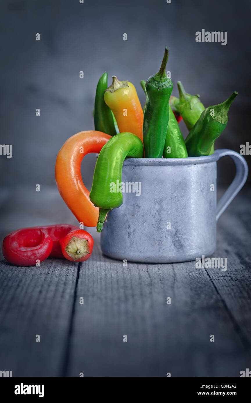 Chili Pepper en una taza sobre la mesa Foto de stock