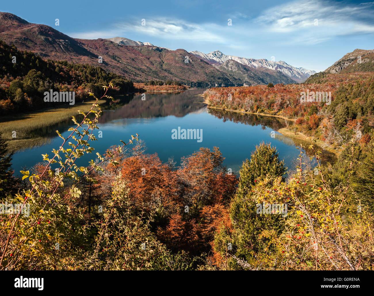 Colores de otoño en el lago Gutiérrez, cerca de Bariloche, Patagonia, Argentina Imagen De Stock