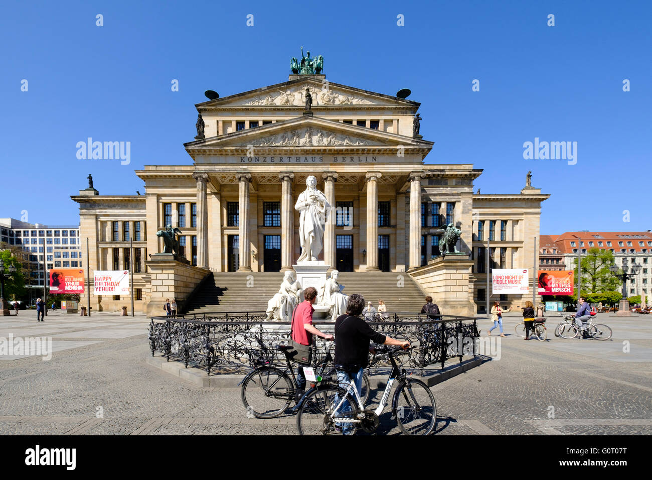 Konzerthaus y Schiller estatua en la plaza Gendarmenmarkt de Berlín Mitte Alemania Imagen De Stock