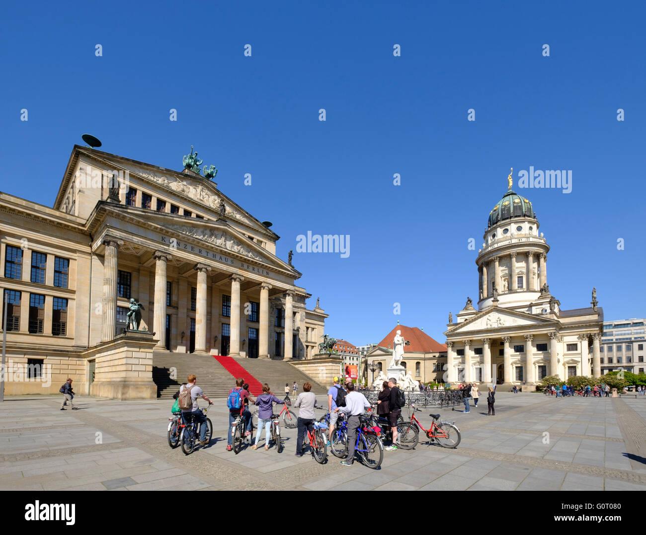 Vista de la plaza Gendarmenmarkt con en la parte izquierda en el Konzerthaus Berlin Mitte Alemania Imagen De Stock