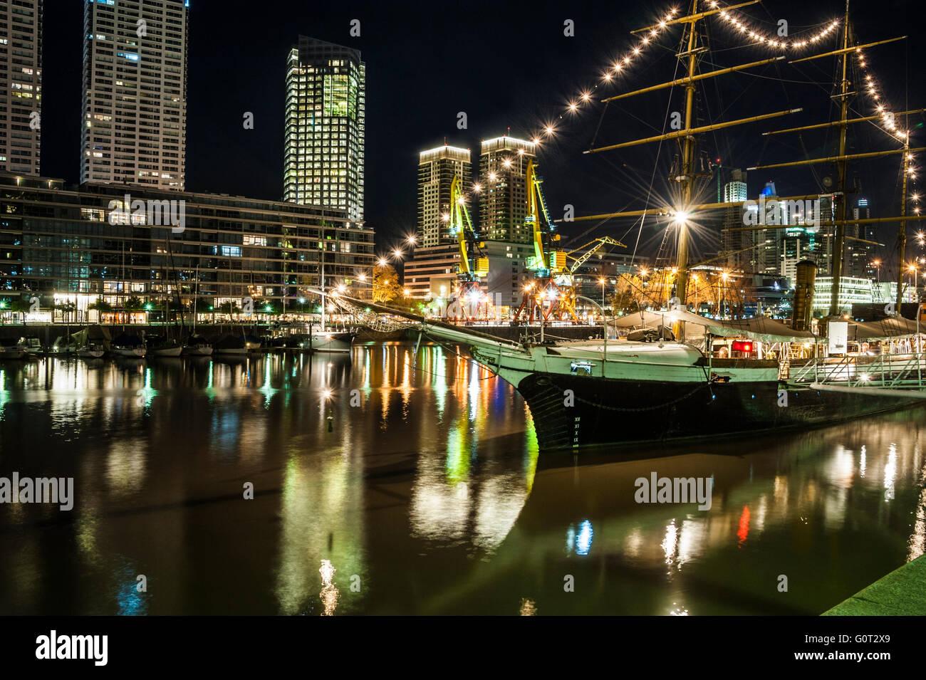 En la Noche de Puerto Madero, Buenos Aires, Argentina Imagen De Stock