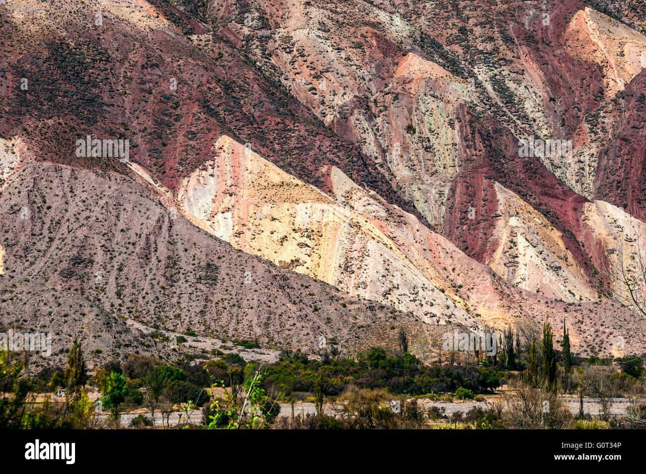 Pintoresco valle de la Quebrada de Humahuaca, el altiplano de los Andes centrales, Argentina Imagen De Stock