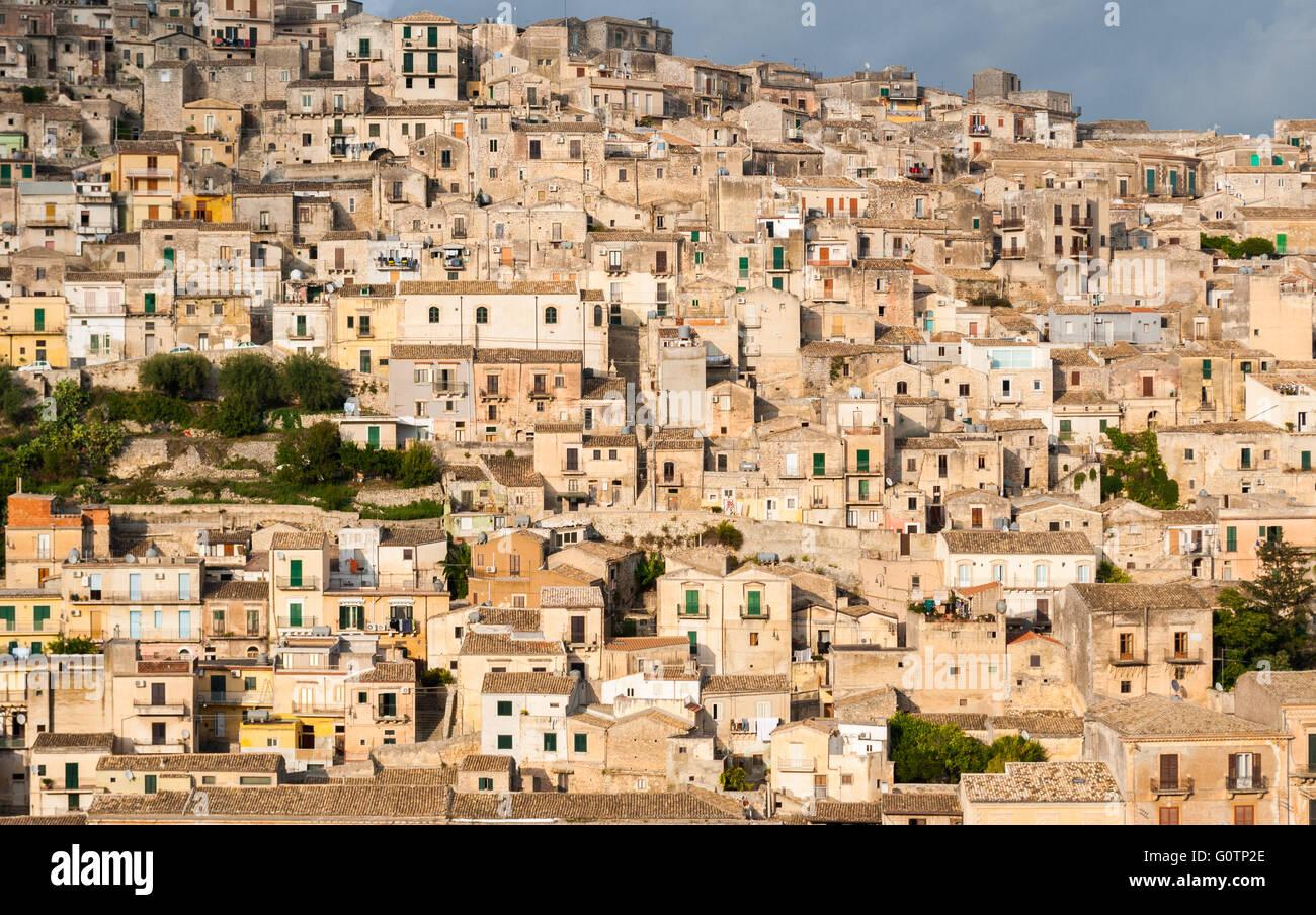 Casas en el casco antiguo de la ciudad, repleto de Modica, en Sicilia Imagen De Stock