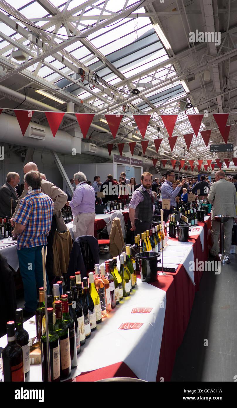 Londres, Reino Unido. 4 de mayo de 2016. Visitantes y expositores en el 2016 el comercio London Wine Fair en Kensington Olympia 4/5/2016 Crédito: Theodore liasi/Alamy Live News Foto de stock