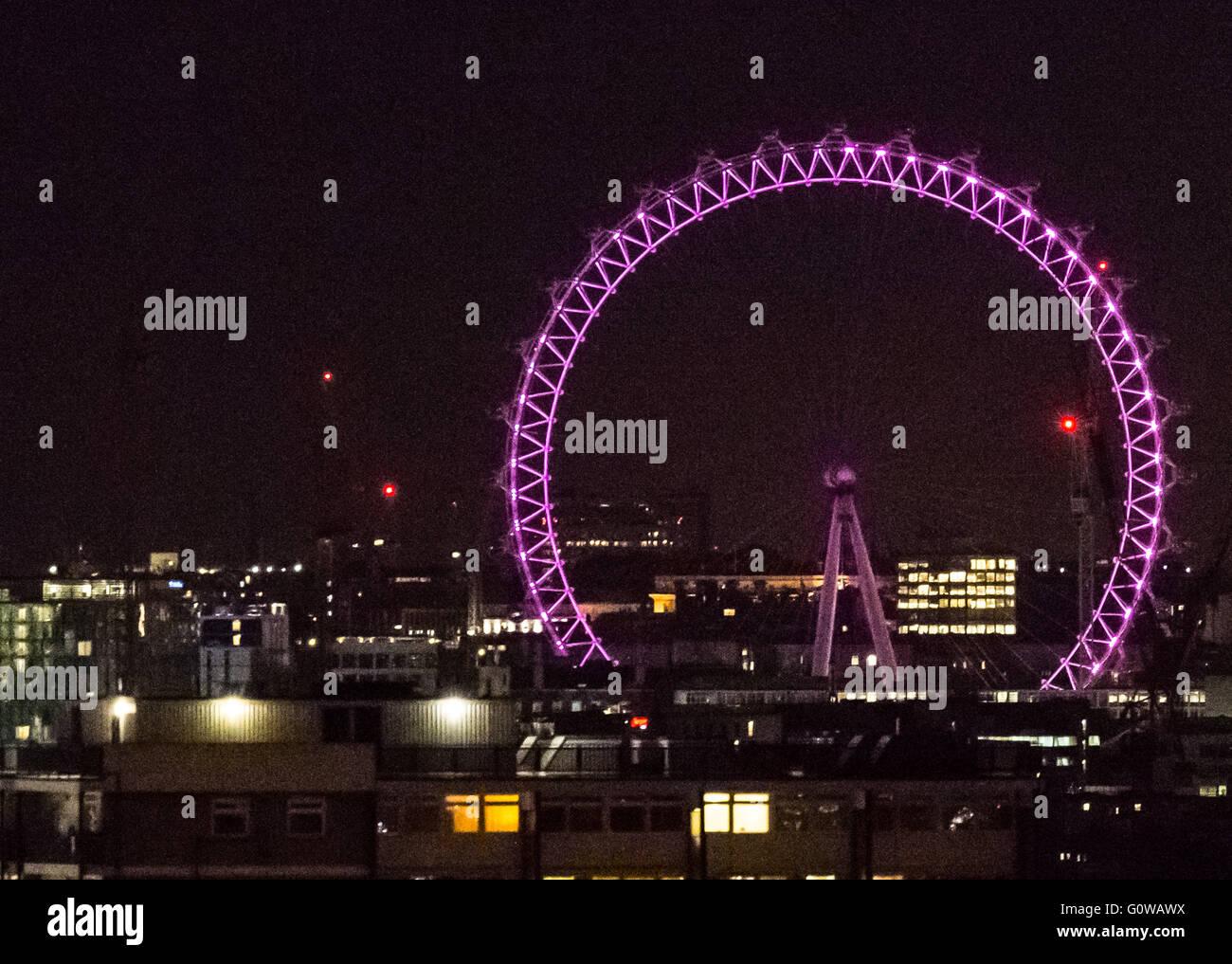 Londres, Reino Unido. 4 de mayo de 2016. Las elecciones a la alcaldía Iluminación: London Eye va rosado en la víspera de la jornada electoral. Crédito: Guy Corbishley/Alamy Live News Foto de stock