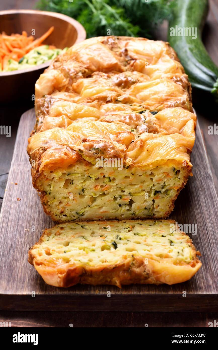 Pan vegetal húmeda de huevos, calabacín, zanahoria, hierbas Imagen De Stock