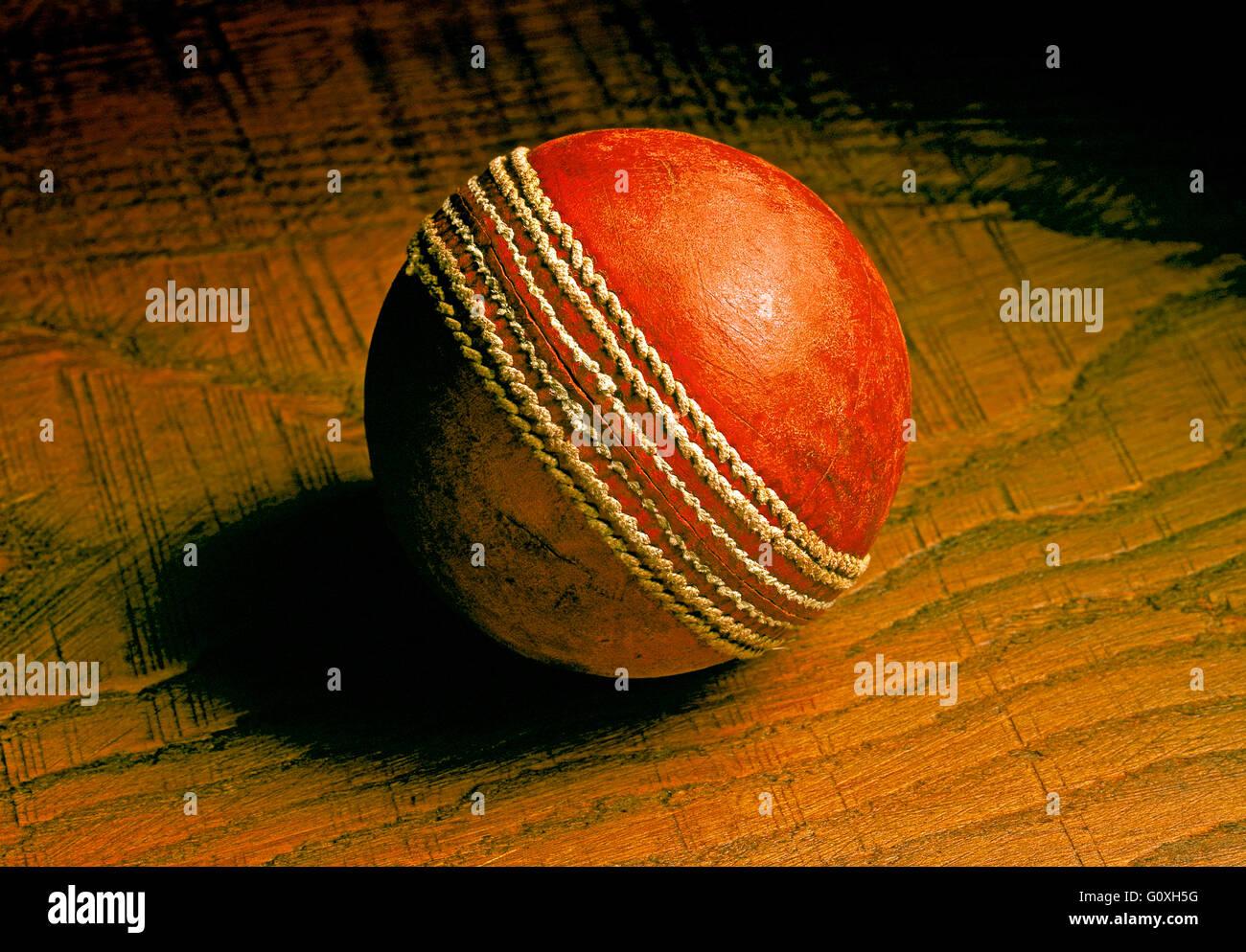 Bola de cricket viejos y usados de cuero rojo bola de críquet Imagen De Stock