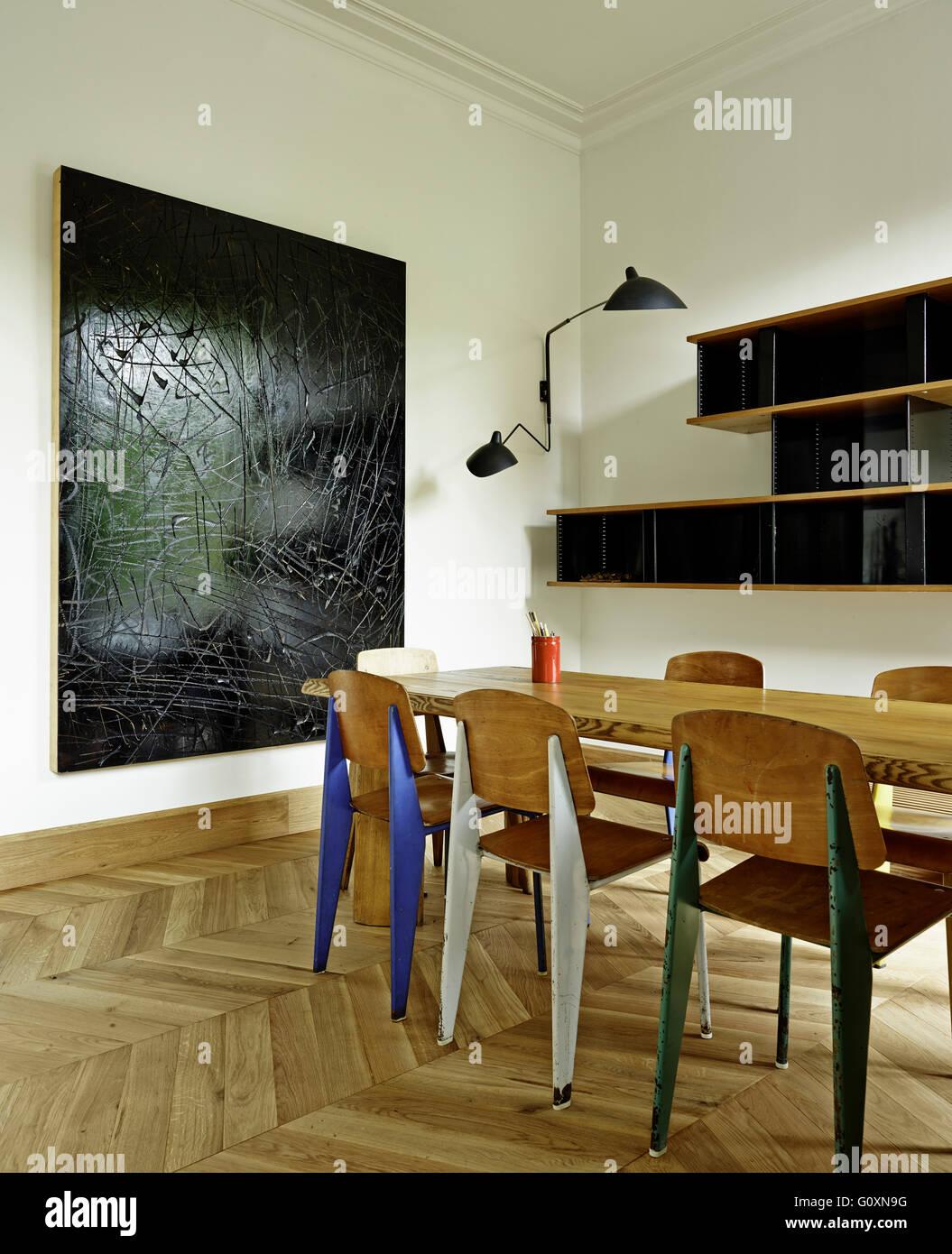 Apartamento MA, Barcelona, España. Madera moderna mesa de comedor y ...