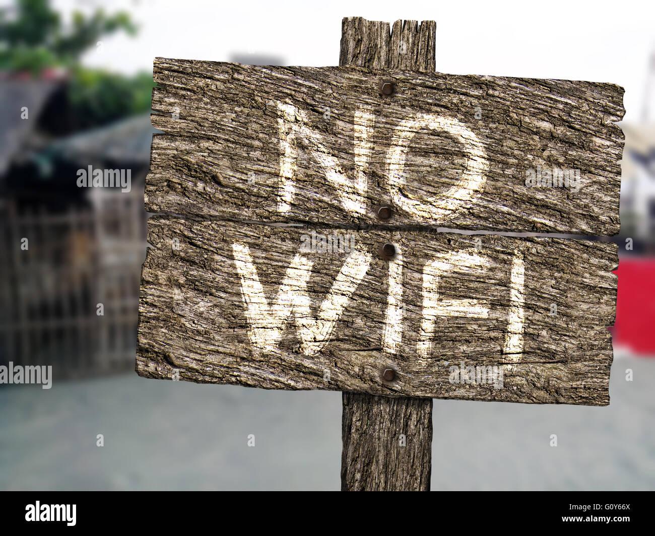 No hay signo de madera rústica Wifi en la playa Imagen De Stock