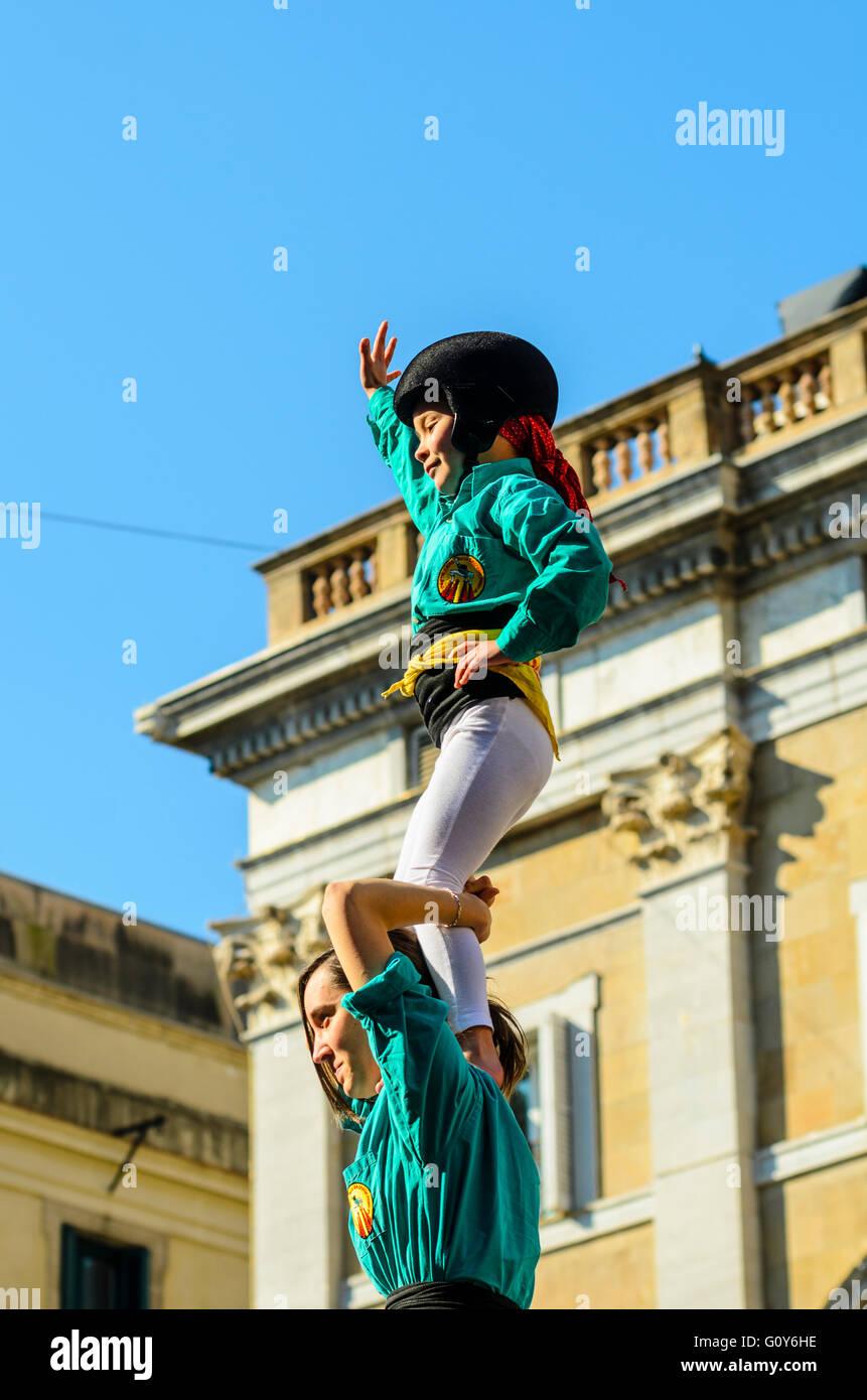 Los castellers crear torres humanas en Barcelona, Cataluña, España, una peculiar tradición regional Imagen De Stock
