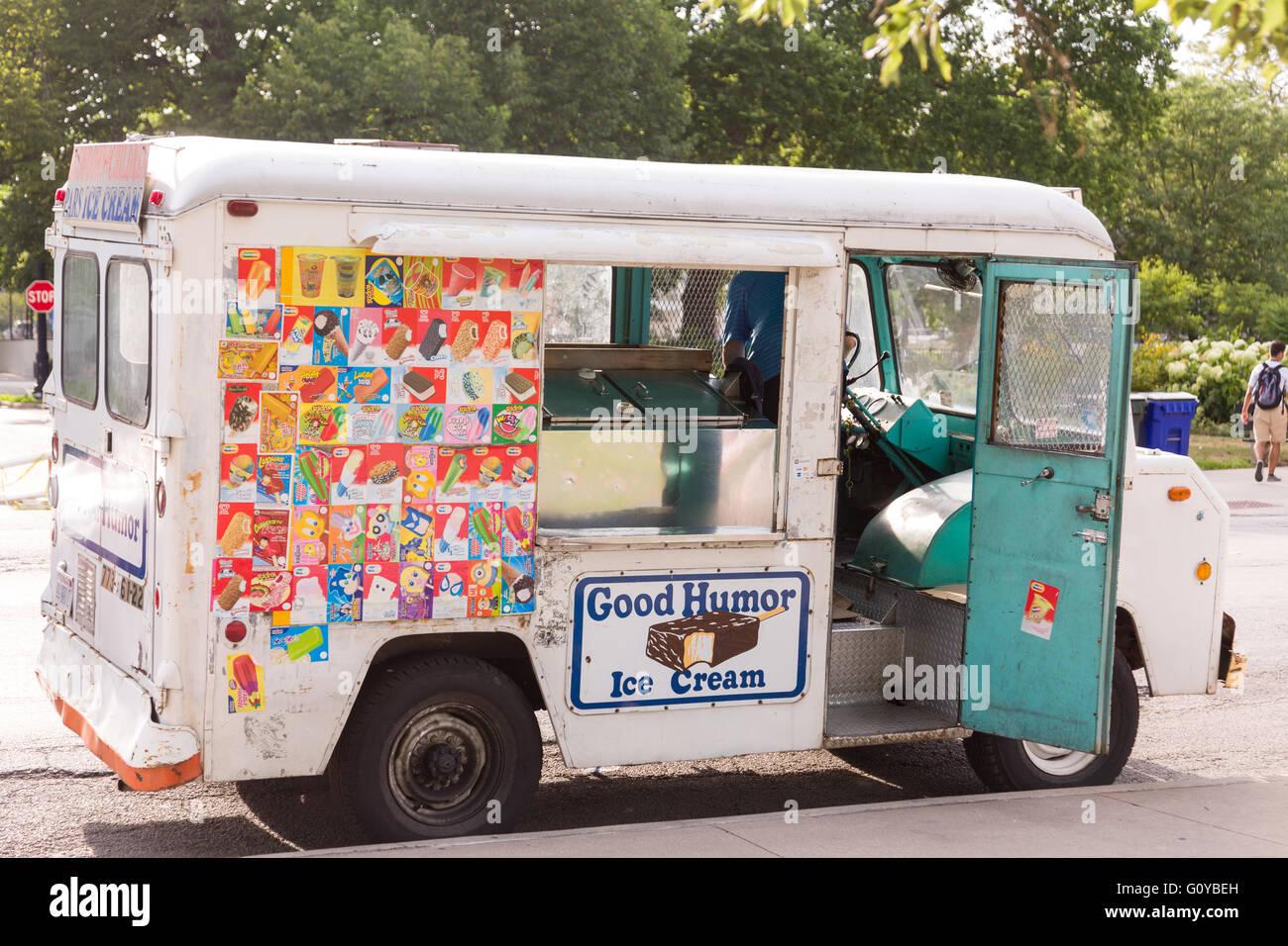 Un buen humor camión de helados a lo largo de Lincoln Park en un día de verano en Chicago, Illinois, EE.UU. Imagen De Stock