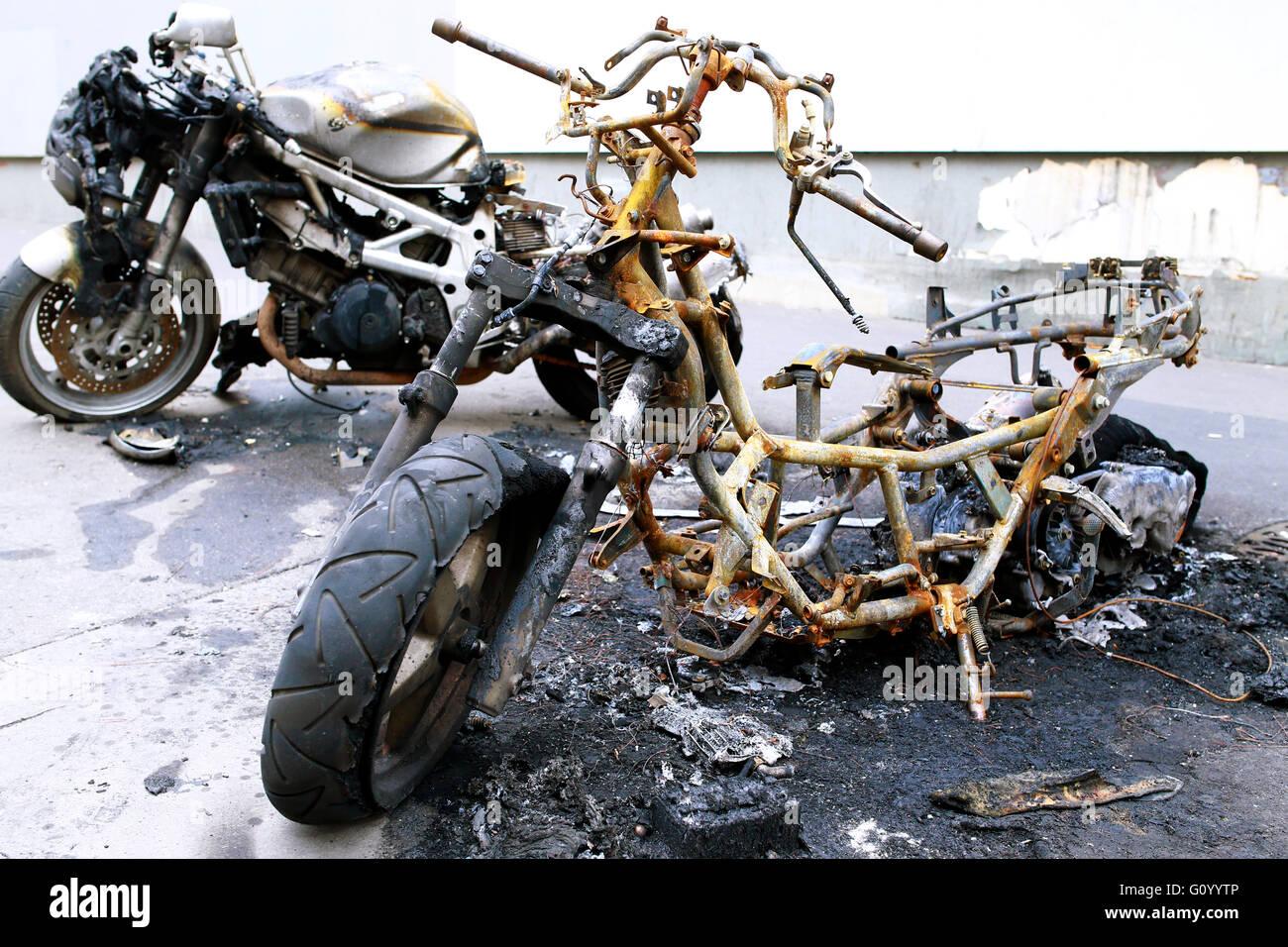 Motos quemadas en el pavimento Foto de stock