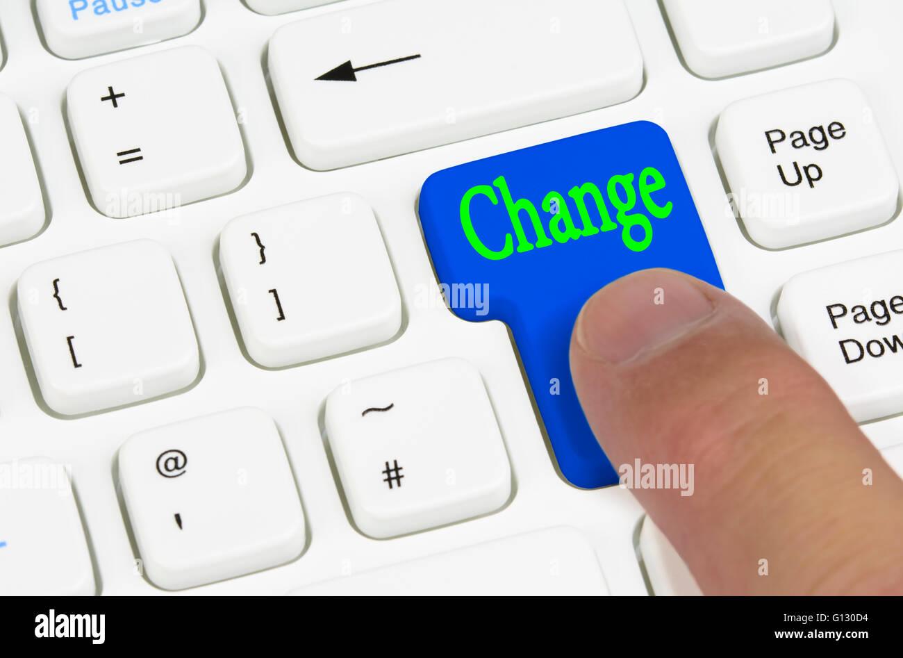 Concepto de cambio. Pulsar el botón de cambio en un teclado de ordenador en blanco. Imagen De Stock