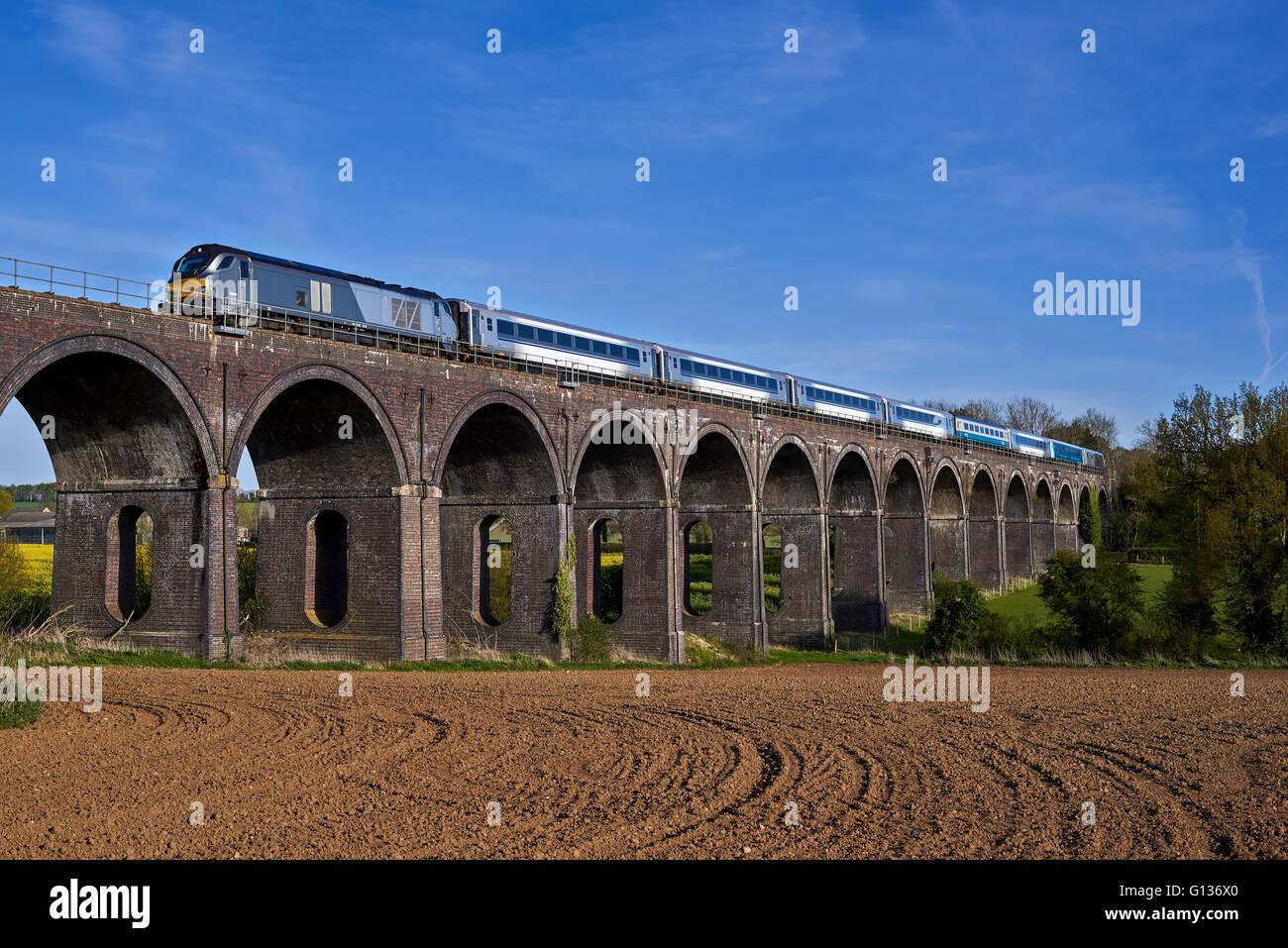 68014 jefes Souldern Viaducto sobre 1U50 17:21 London Marylebone hasta Banbury, el 4 de mayo de 2016. Foto de stock