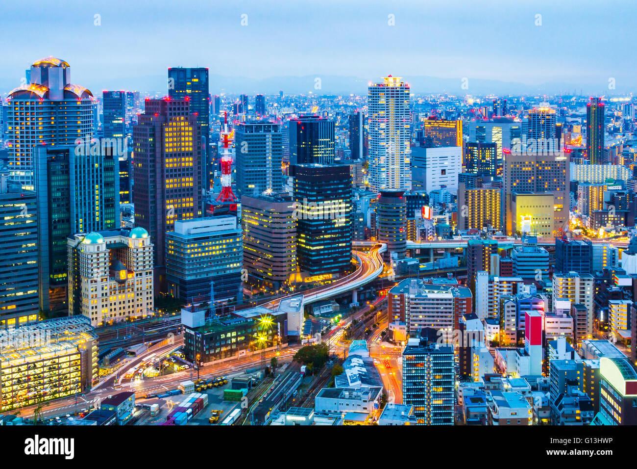 Noche en el horizonte de la ciudad de Osaka en Japón. Imagen De Stock