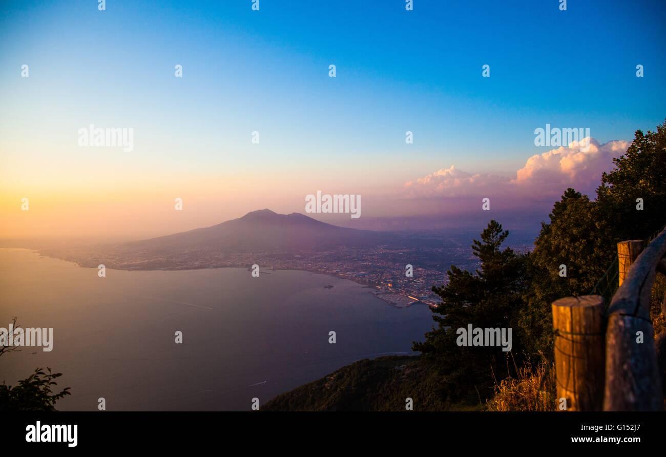 Sunset, el Vesubio, en la provincia de Nápoles, Campania, Italia Imagen De Stock