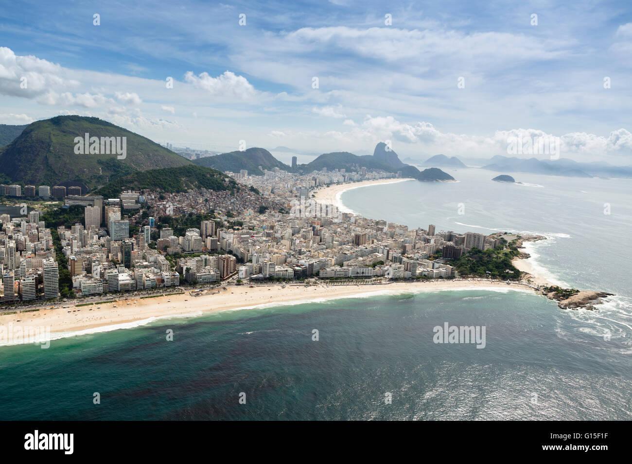 Las playas de Copacabana y Arpoador y la península de Arpoador, Rio de Janeiro, Brasil, América del Sur Imagen De Stock