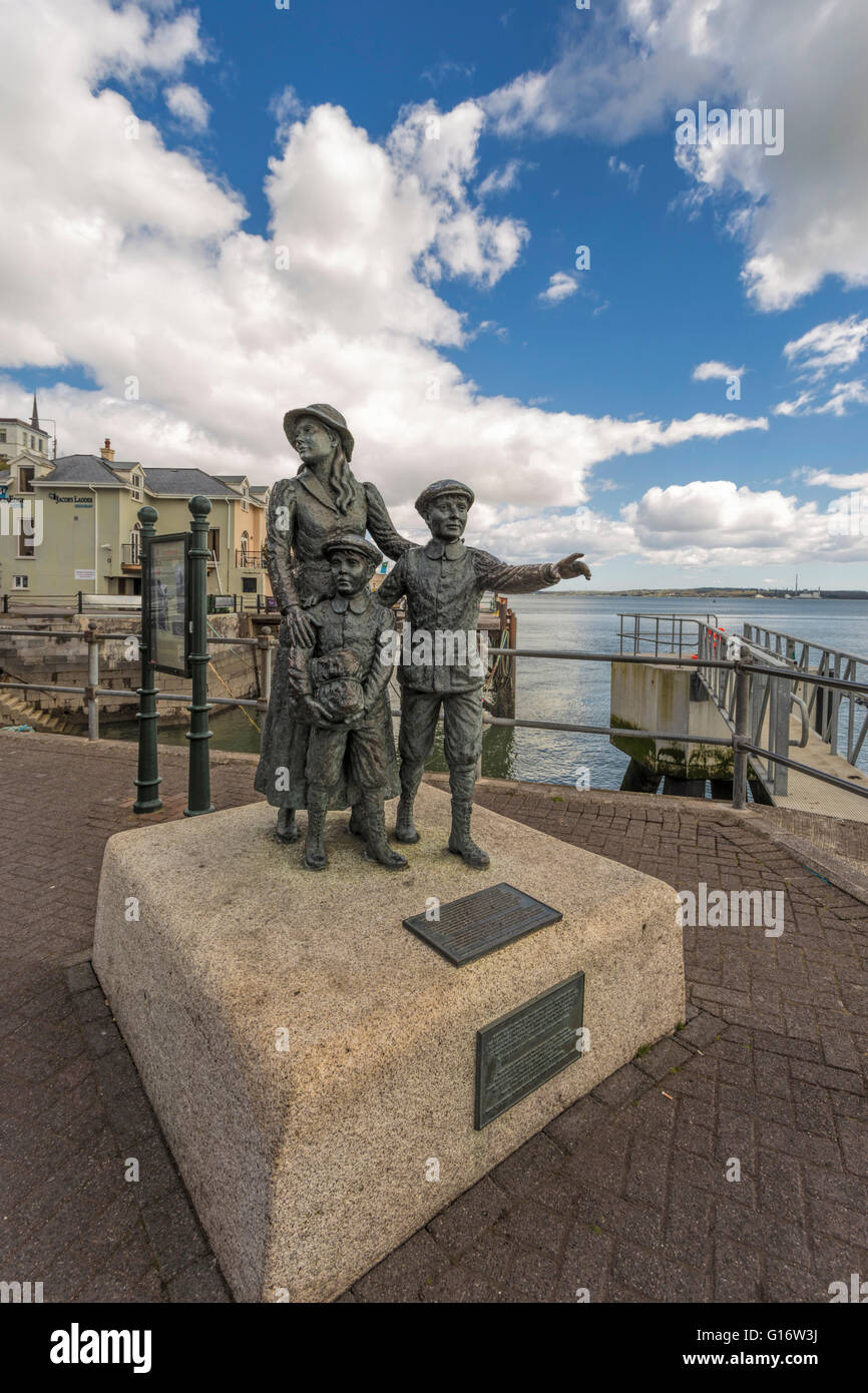 Cobh, Irlanda: estatua en la costanera de Annie Moore, quien fue la primera persona en ser admitido en los Estados Unidos de América. Foto de stock