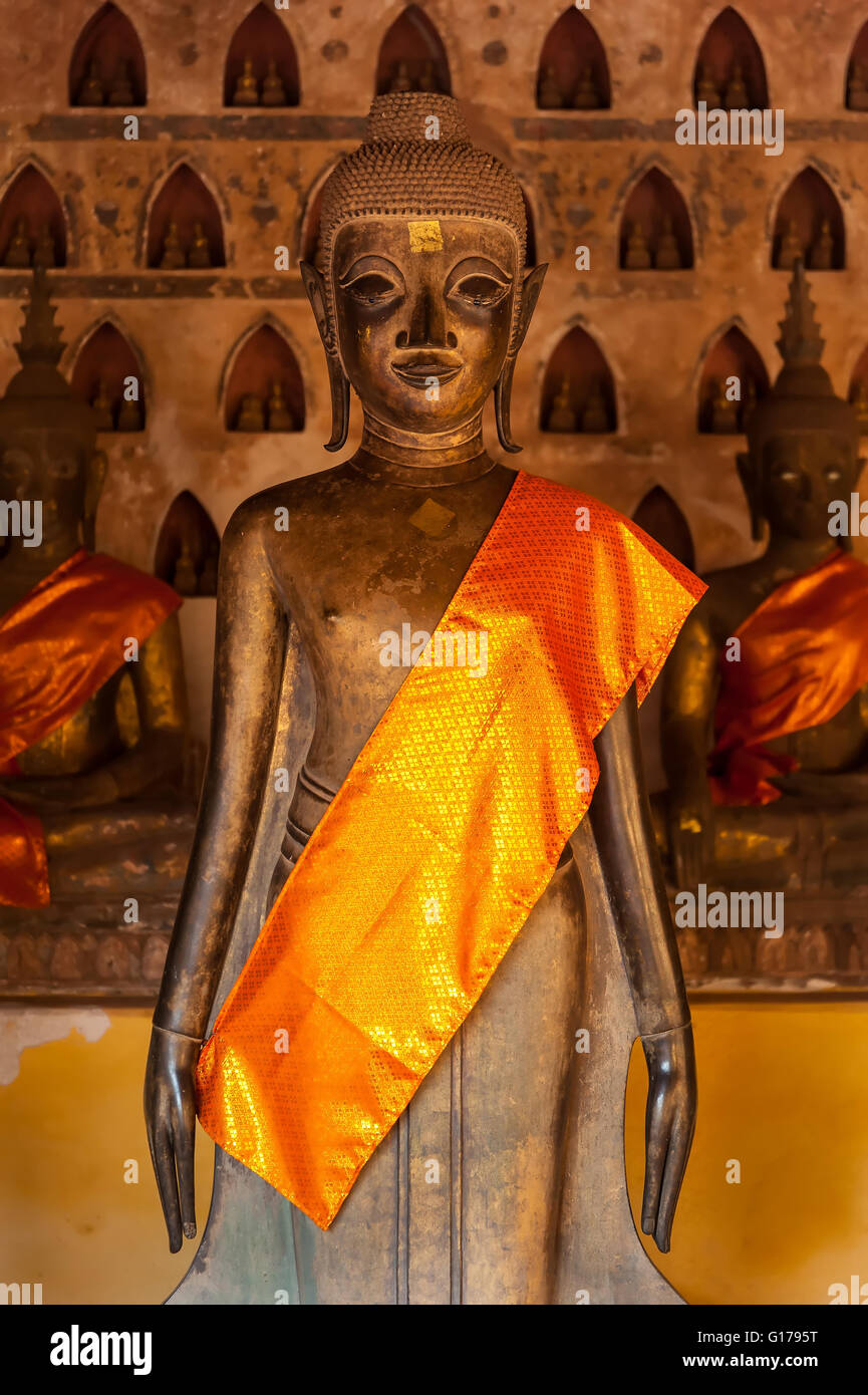 La antigua estatua de Buda permanente Imagen De Stock