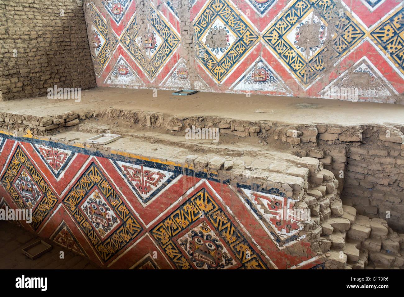 Coloridos murales en la antigua Huaca de la Luna en Trujillo, Perú Imagen De Stock