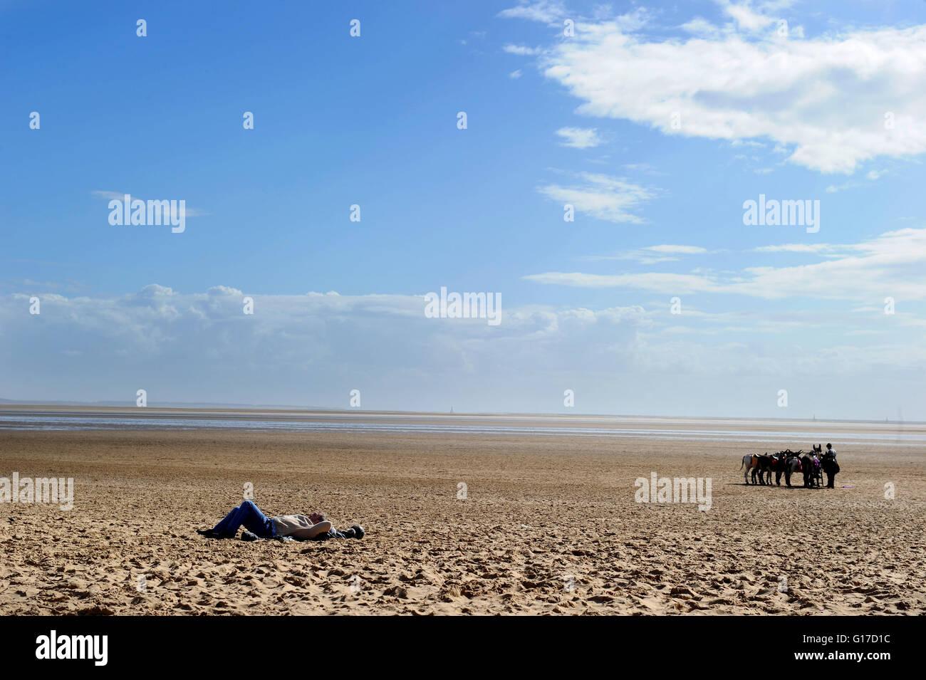 El día de la primavera en la tranquila playa de Lytham St Anne's, Lancashire. Fotografía por Paul Imagen De Stock