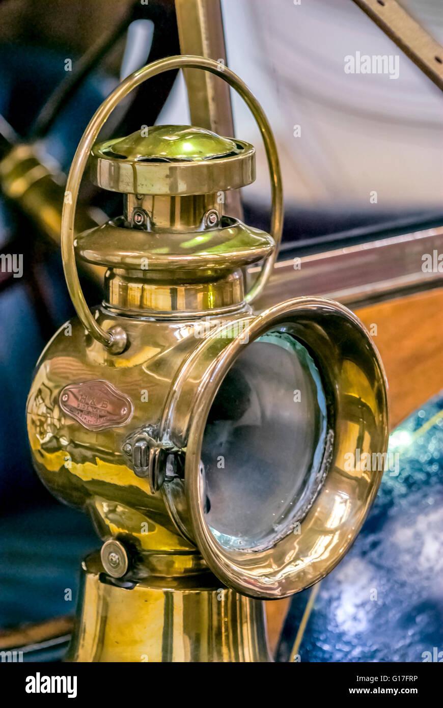 H&B aceite de lámpara en un lado iluminado de coches de época en el Museo de Ciencia e Industria de Imagen De Stock
