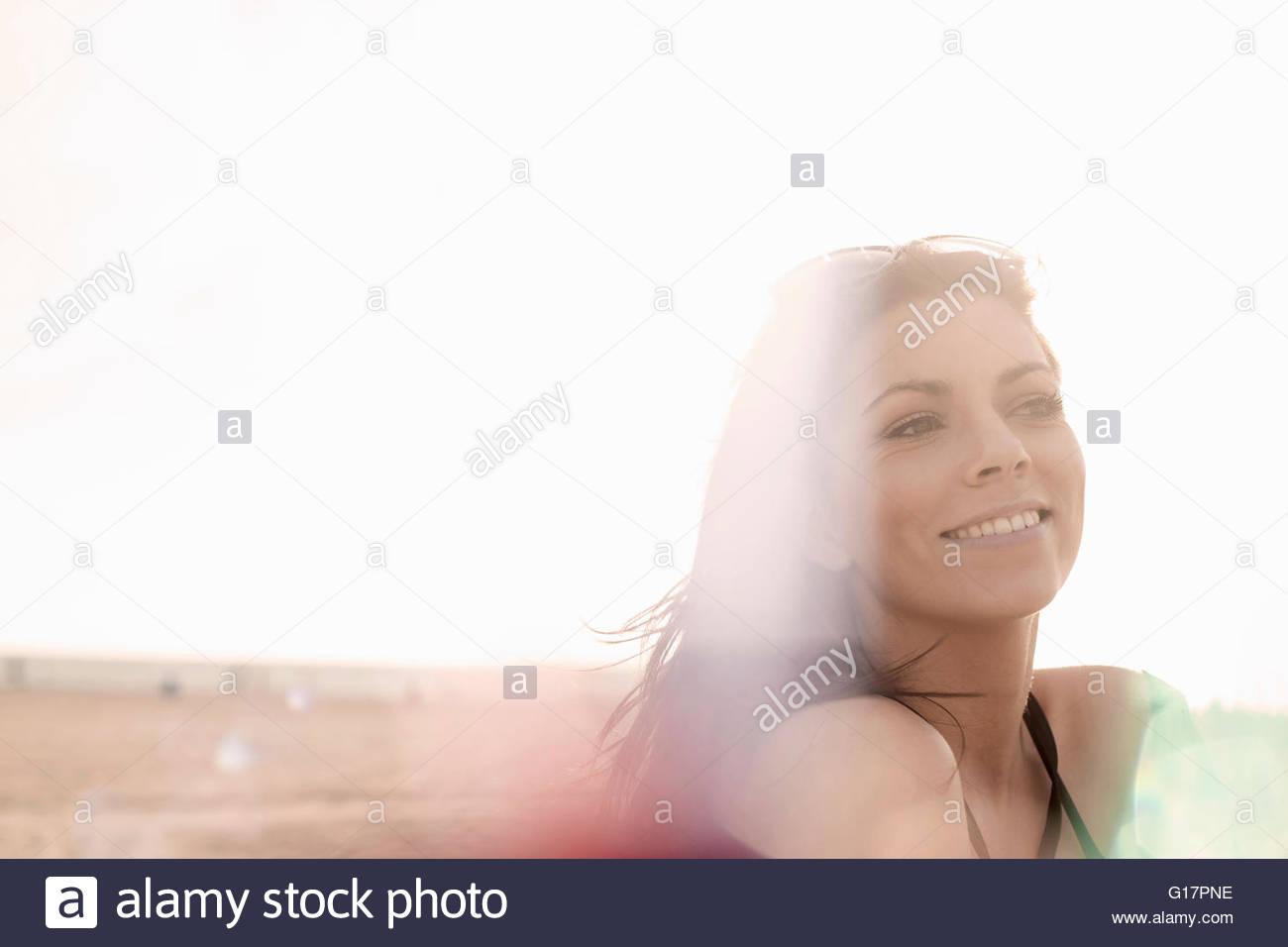 Mujer joven con largo pelo castaño, sobre la playa, Santa Monica, California, EE.UU. Imagen De Stock