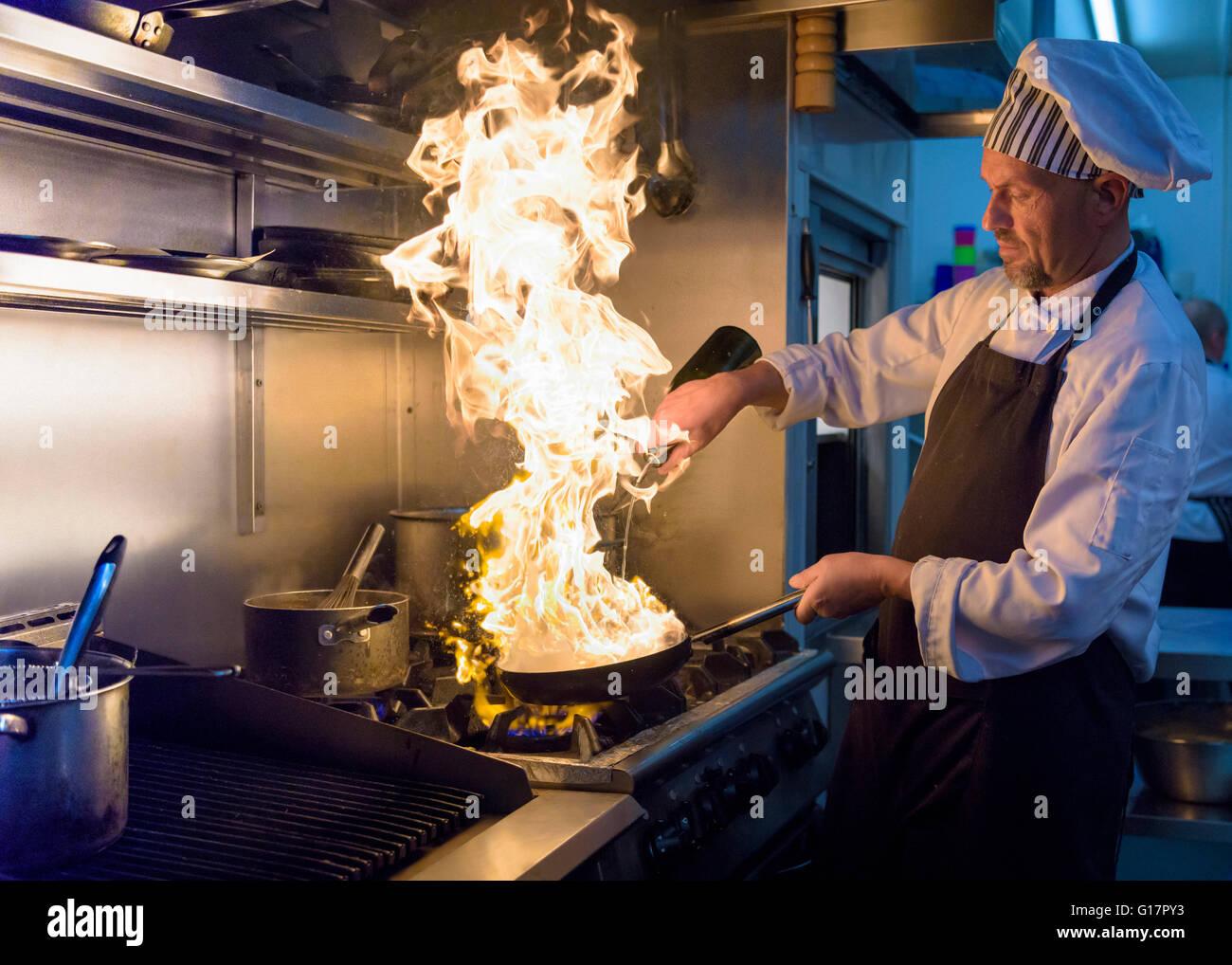 Chef con pan de llamas en el restaurante italiano tradicional cocina Foto de stock
