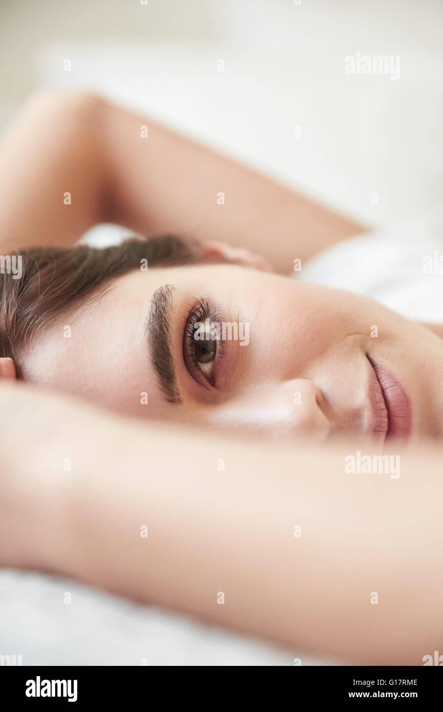 Close Up retrato de joven bella tumbado en la cama Imagen De Stock