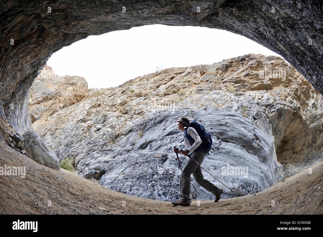 Caminante explorar formaciones rocosas, Marble Canyon, el Parque Nacional Valle de la Muerte, California Foto de stock