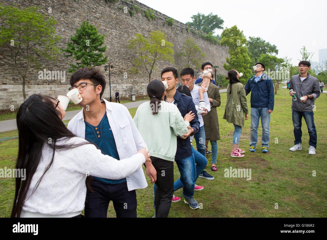 Grupo De Jovenes Estudiantes Jovenes Chinos Jugar Divertidos Juegos