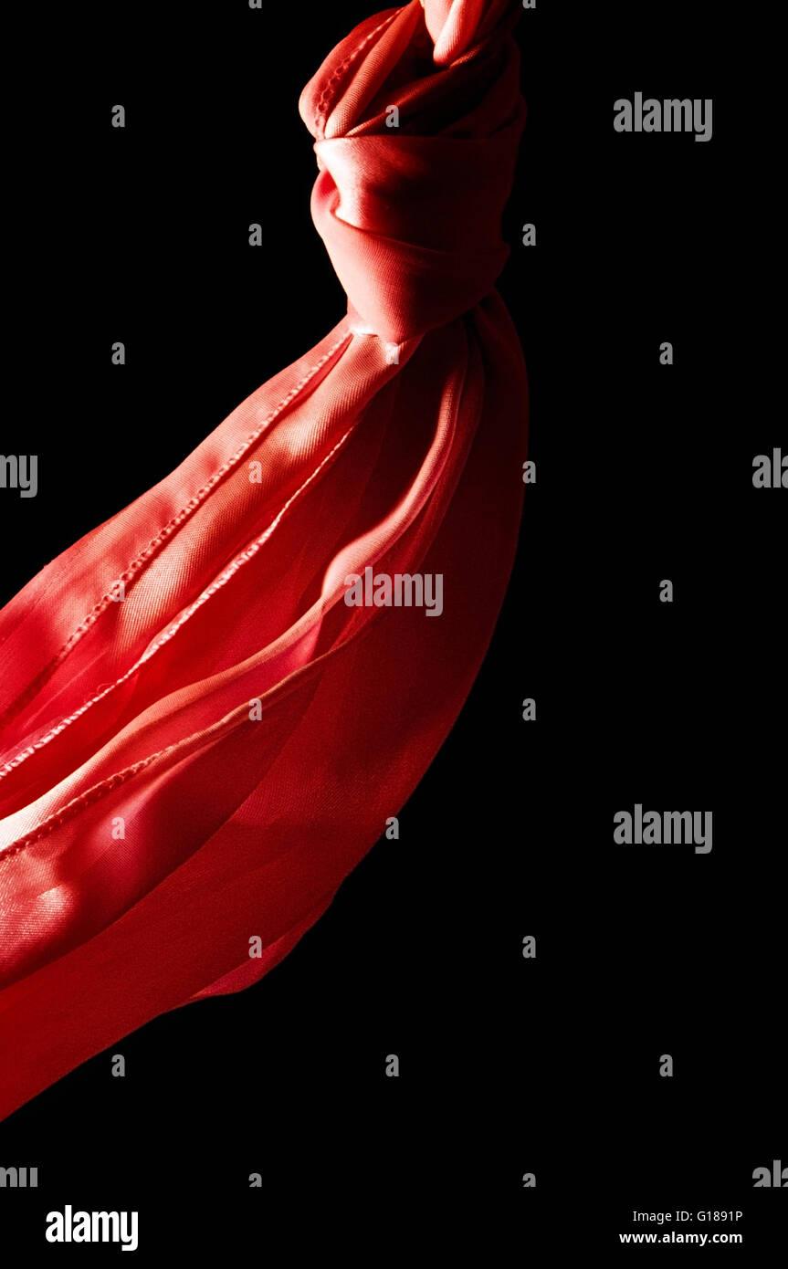 Pañuelo de seda roja sobre fondo atrás Imagen De Stock