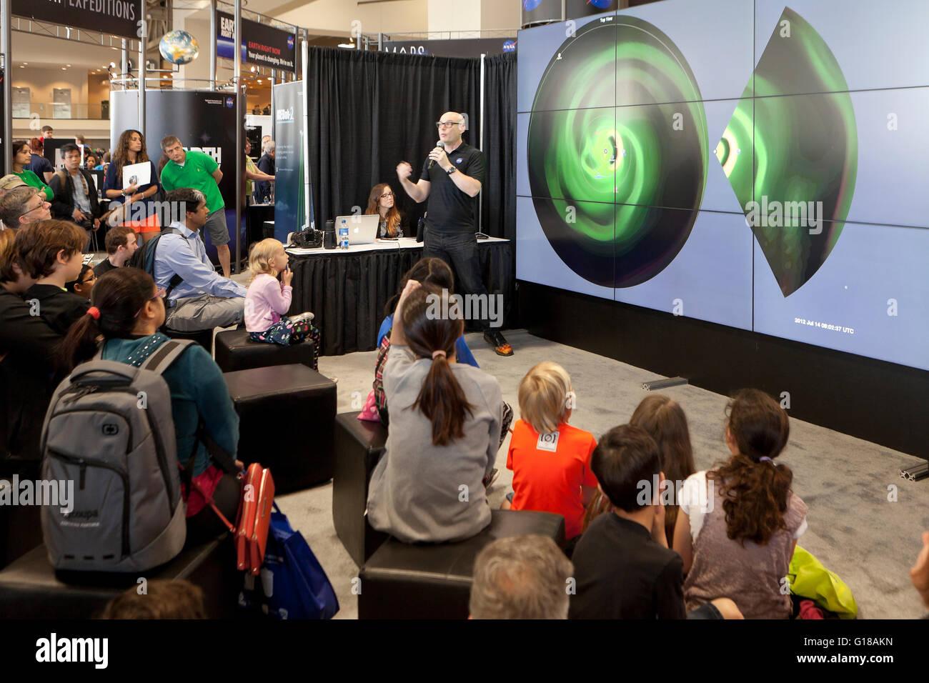 Científico de la NASA de sermonear a los niños sobre el espacio en la feria de ciencias - EE.UU. Imagen De Stock