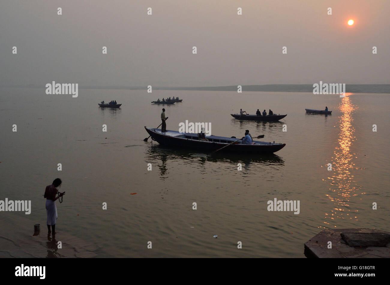 Amanecer en el río sagrado Ganges o Ganges, Varanasi, Uttar Pradesh, India Imagen De Stock