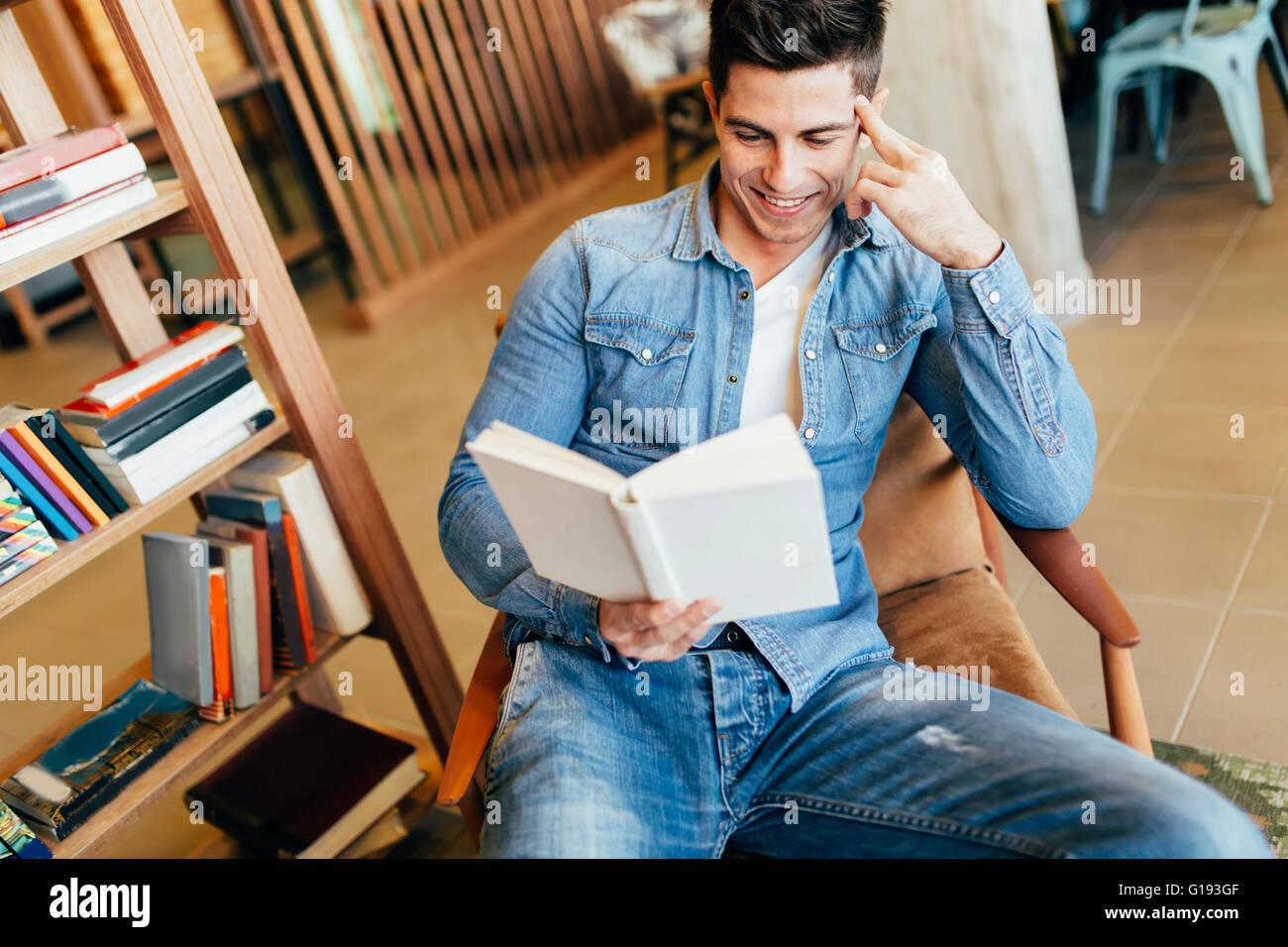 Guapo estudiando por la lectura de libros y la preparación para el examen Imagen De Stock