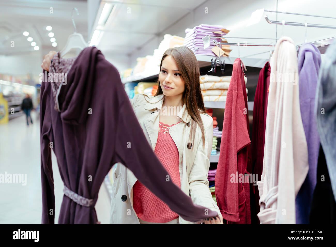 Bella mujer ojeando ropa Imagen De Stock