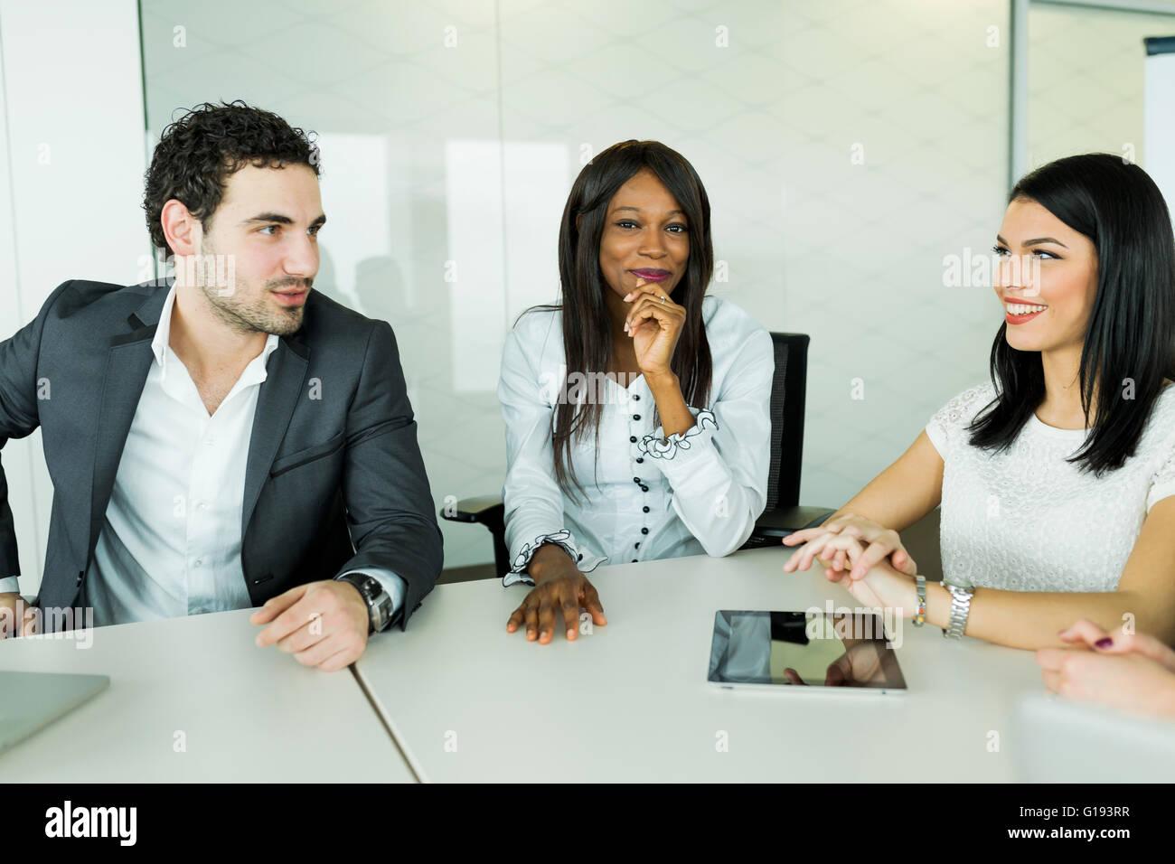 Hablar de negocios mientras está sentado en una mesa y discutir los resultados Imagen De Stock