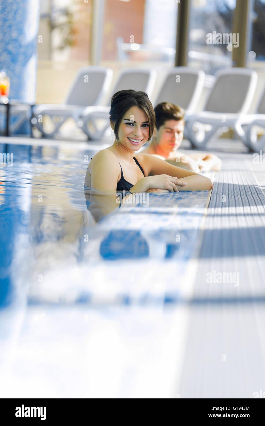 Pareja en amor relajarse al lado de la piscina Imagen De Stock