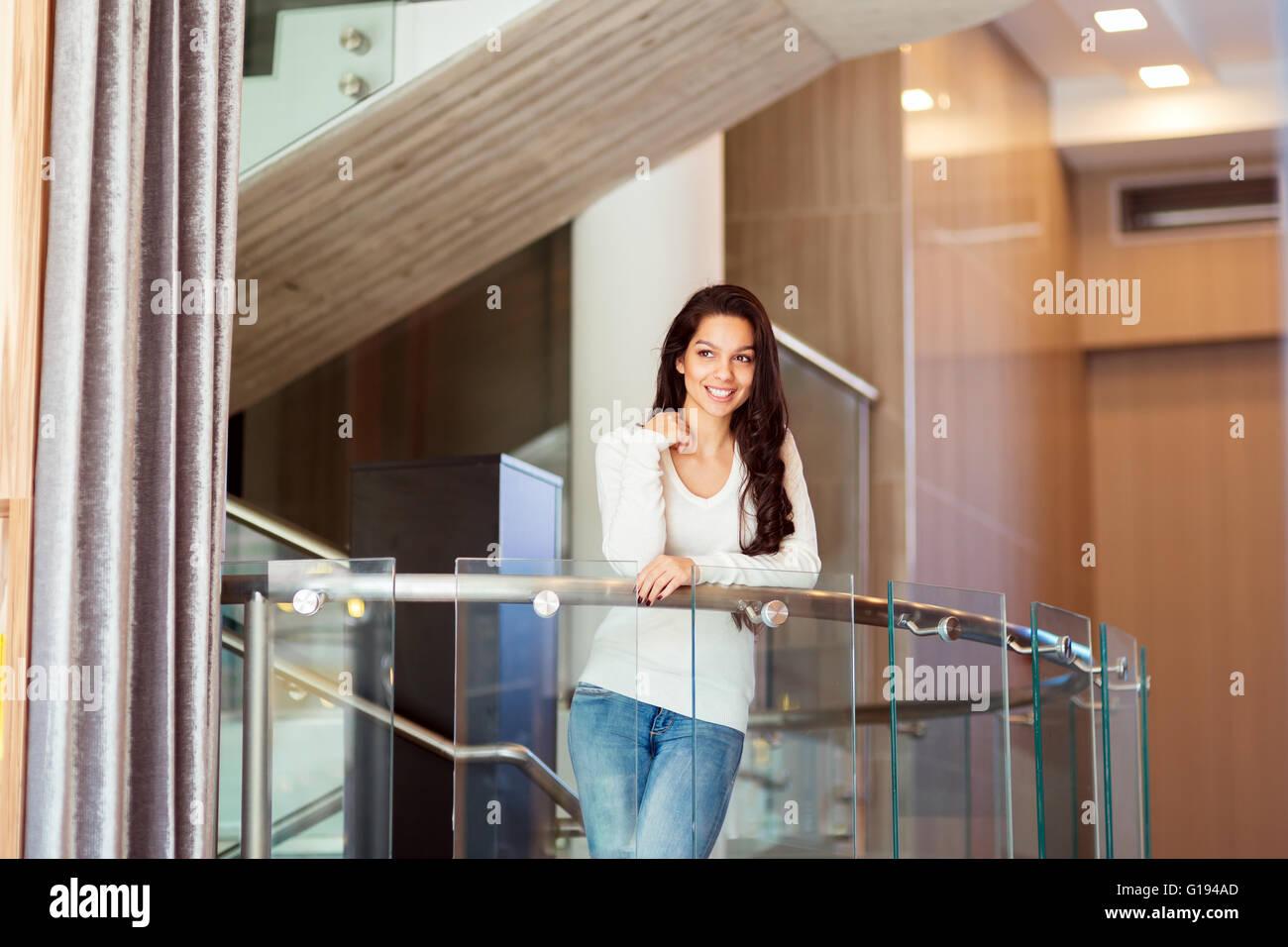 Hermosa mujer confiada posando en las escaleras Imagen De Stock