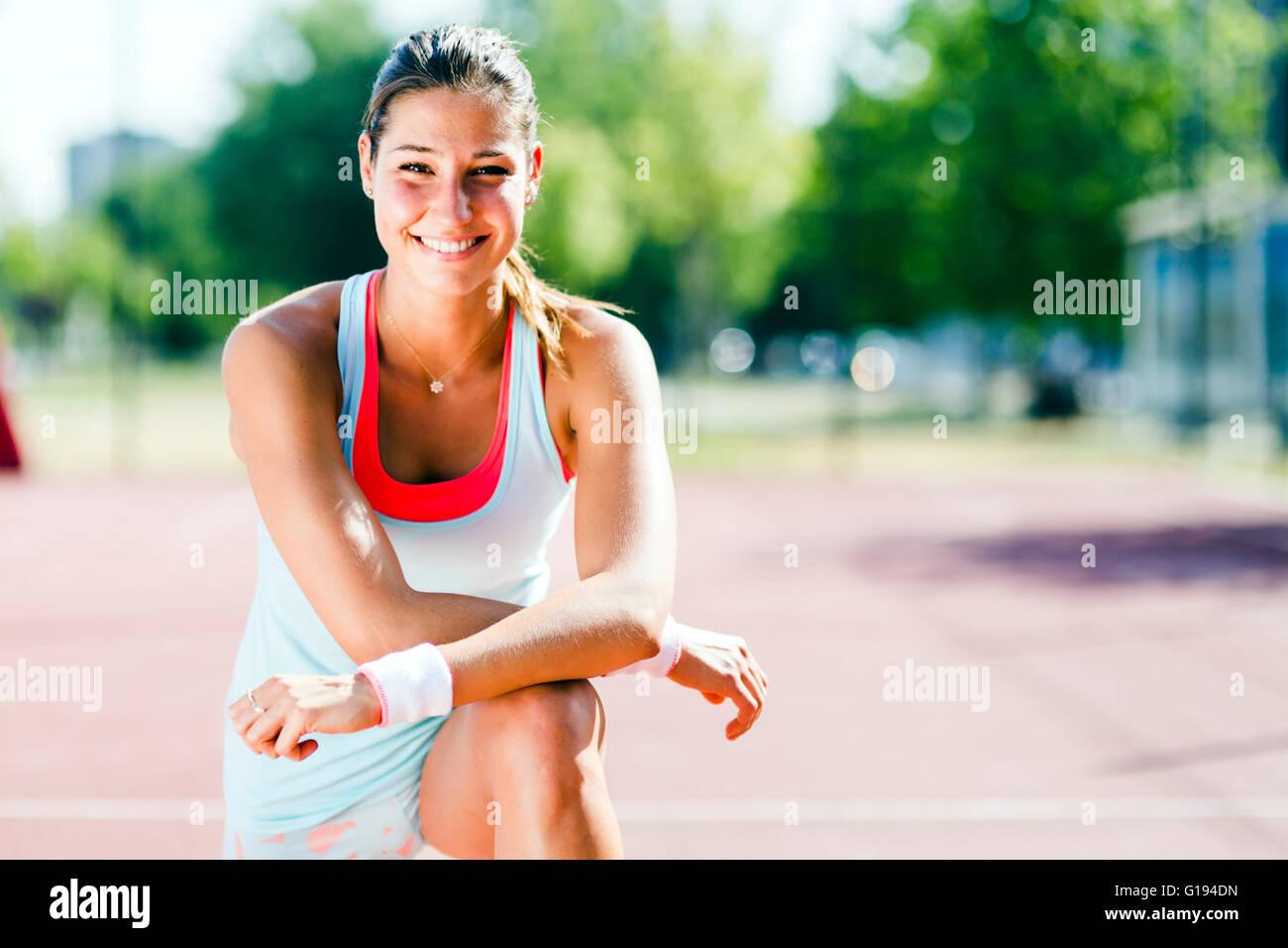 Retrato de una joven hermosa mujer colocar afuera estiramientos Imagen De Stock