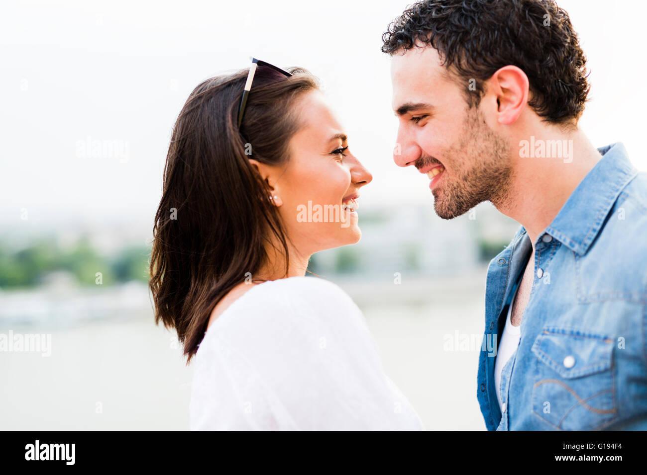 Hermosa joven pareja frotando la nariz como signo de amor y acerca a besan Foto de stock