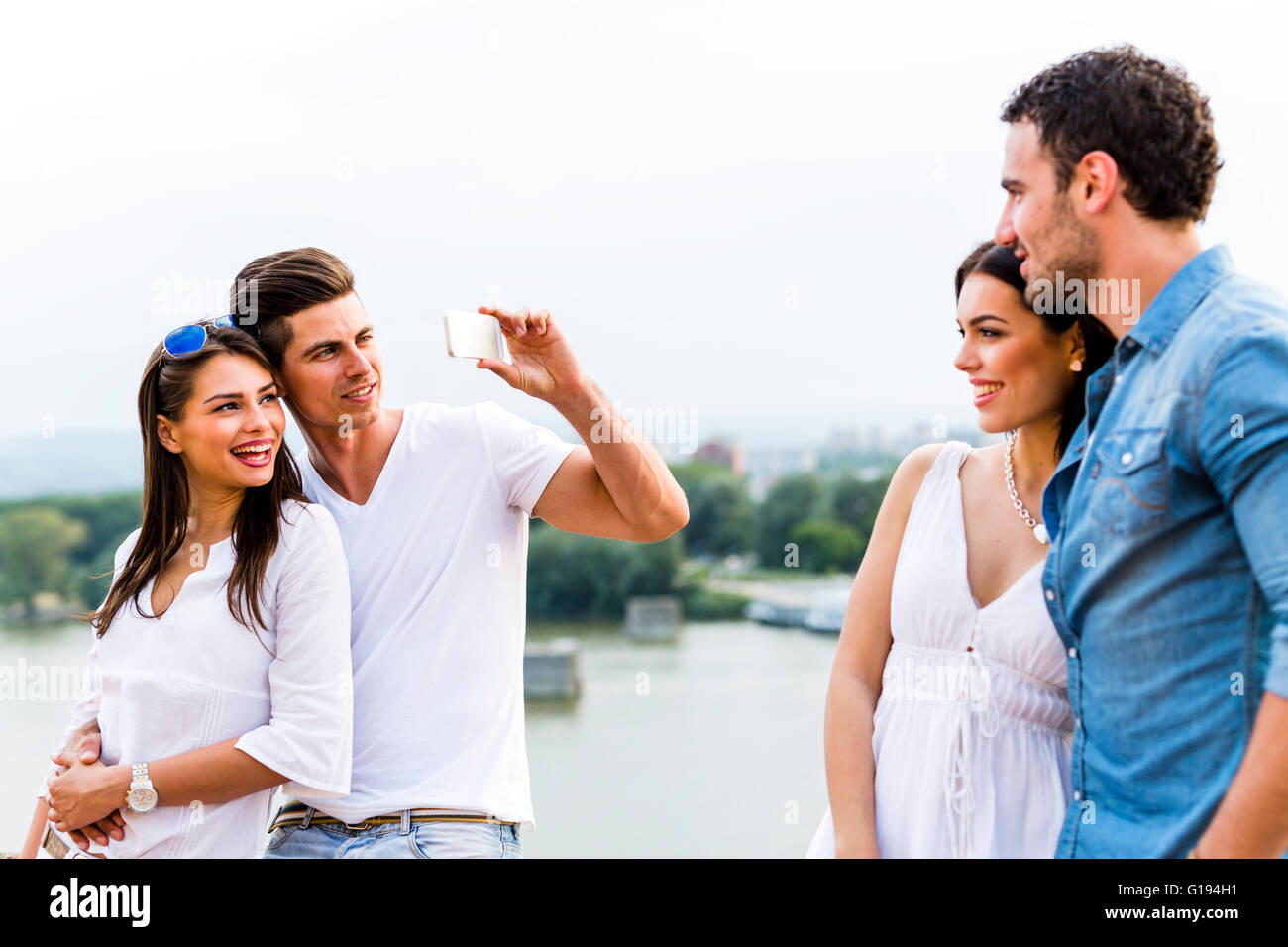 Joven y bella parejas tomando fotos con el smartphone Foto de stock