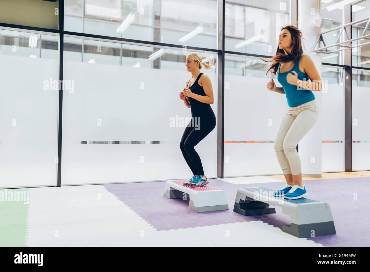Hermosas Mujeres ejercicio aeróbicos en Niza fitness club. Foto de stock