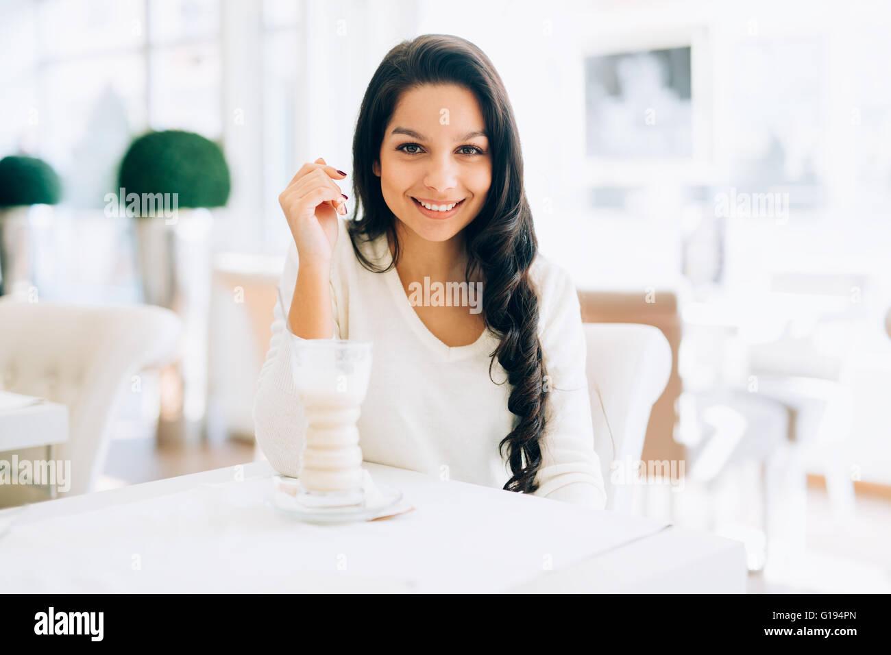 Bella mujer bebiendo café en el café Imagen De Stock